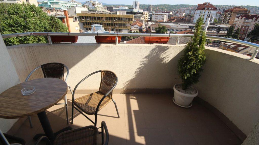 ubyttovanie v srbsku v meste niš, stolička na terase