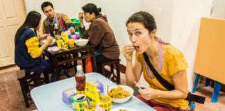 Khao soi polievka - klasický obed v Thajsku
