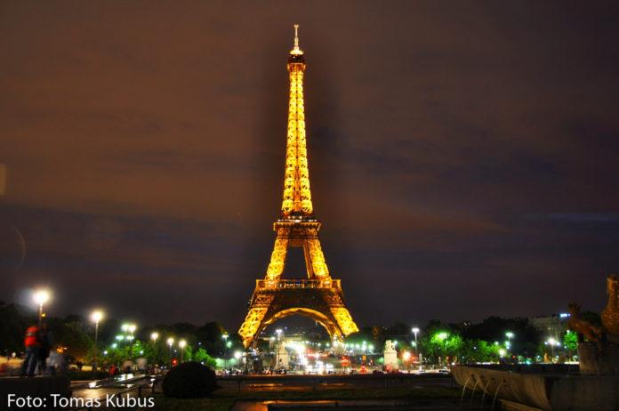 eiffelova veza v parizi v noci vysvietena