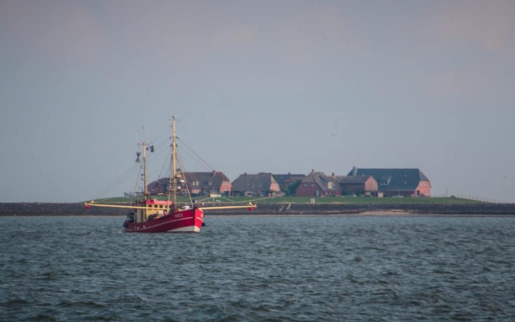 loď na mori a ostrov