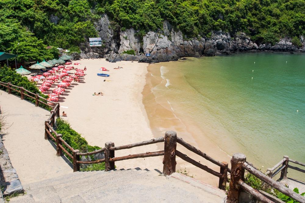 pláž ostrov Cat Ba vietnam