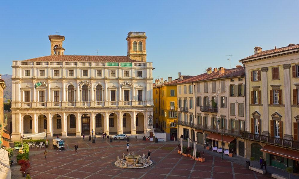 Palazzo Nuovo, námestie Piazza Vecchia, fontána Contarini, Bergamo