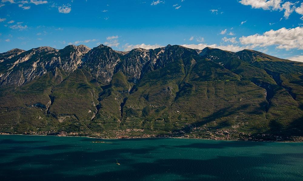 Východné pohoria týčiace sa nad Lago di Garda