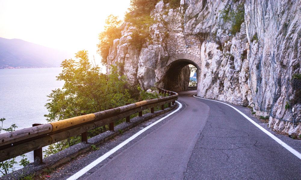 Kľukatá cesta Strada della Forra spája dediny v Tremosine s jazerom