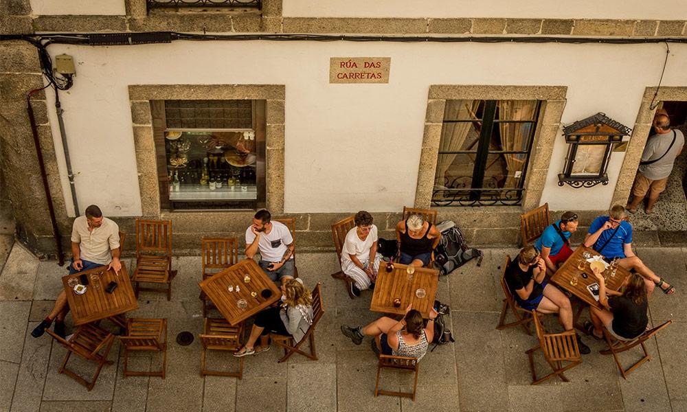 Pútnici v kaviarni po príchode do Santiago de Compostela