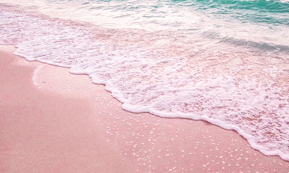 Bahamy, pláž s ružovým pieskom na Pink Sands Beach