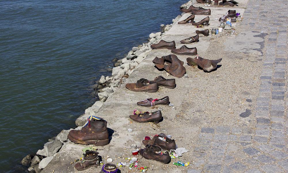 Pomník na brehu Dunaja v Budapešti