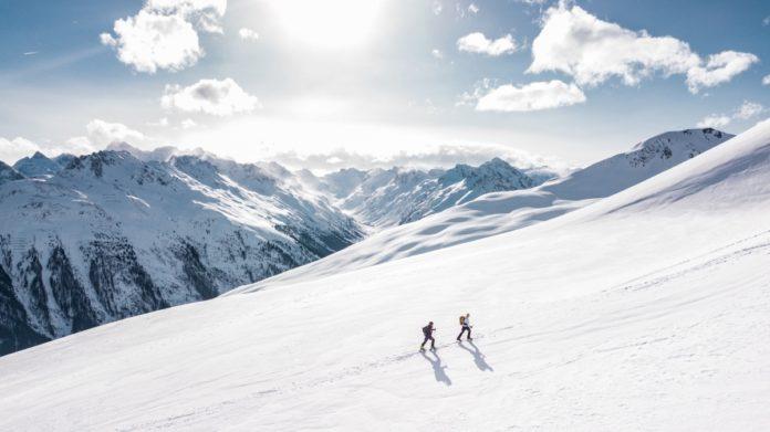 dvaja lyžiari v horách