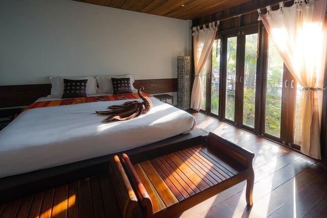 Hotelová izba osvetlená slnečnými lúčmi