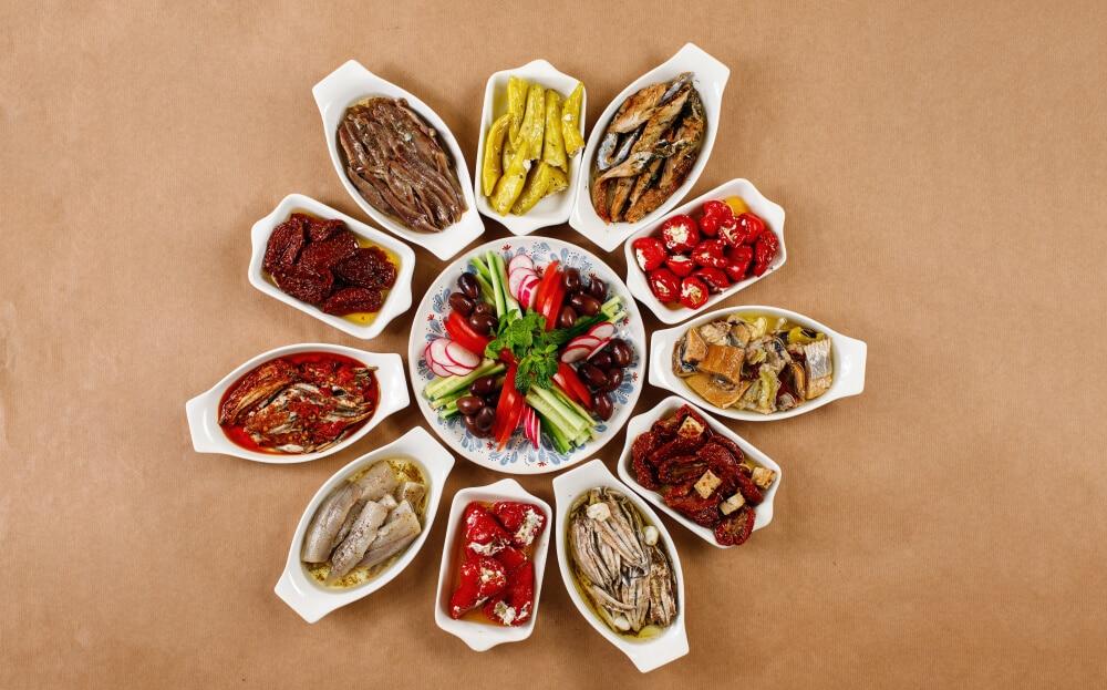 Pravé grécke jedlo v bielych miskách