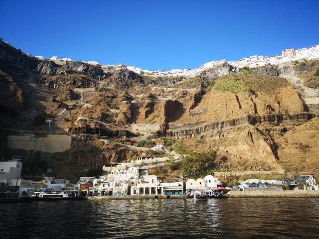 Malý prístav obklopený mohutnými skalami