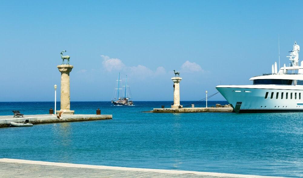 Pohľad na prístav, jachta, more a prístav
