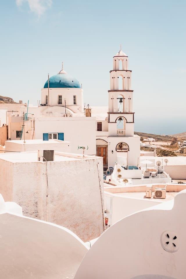 Biele stavby s modrou strechu