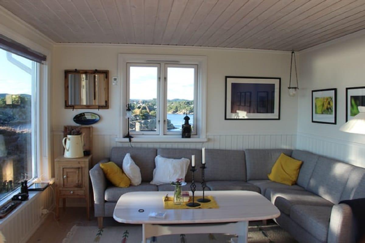 Obývacia izba - dodekorovaná šedpu sedačkou a dekoráciami žltej farby