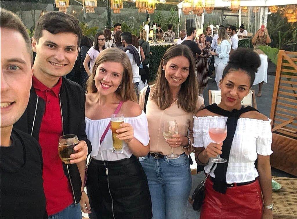 Skupina 5 luďí, 3 ženy a dvaja muži