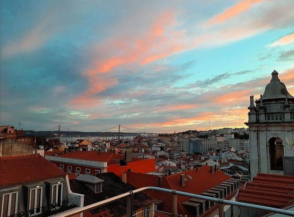 modro-ružové nebo, balkón a malá veža napravo
