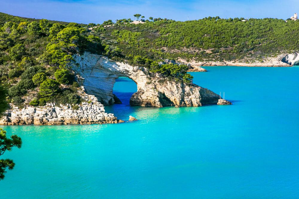 More nebovo-modrej farby, biela skala a na nej zeleň
