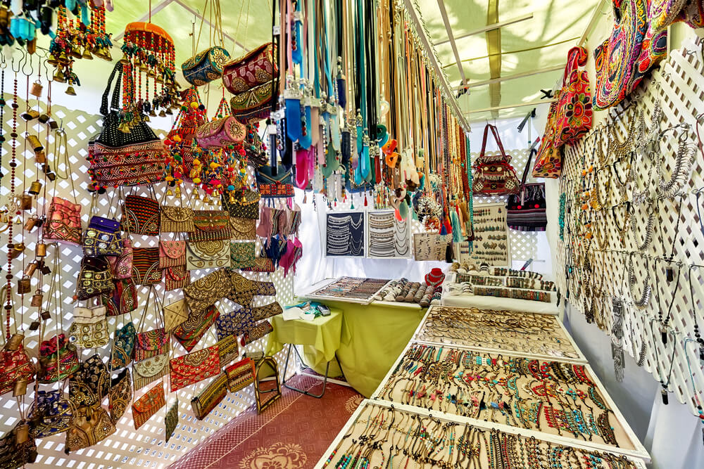 Rôzne ručne vyrábané farebné šperky a tašky