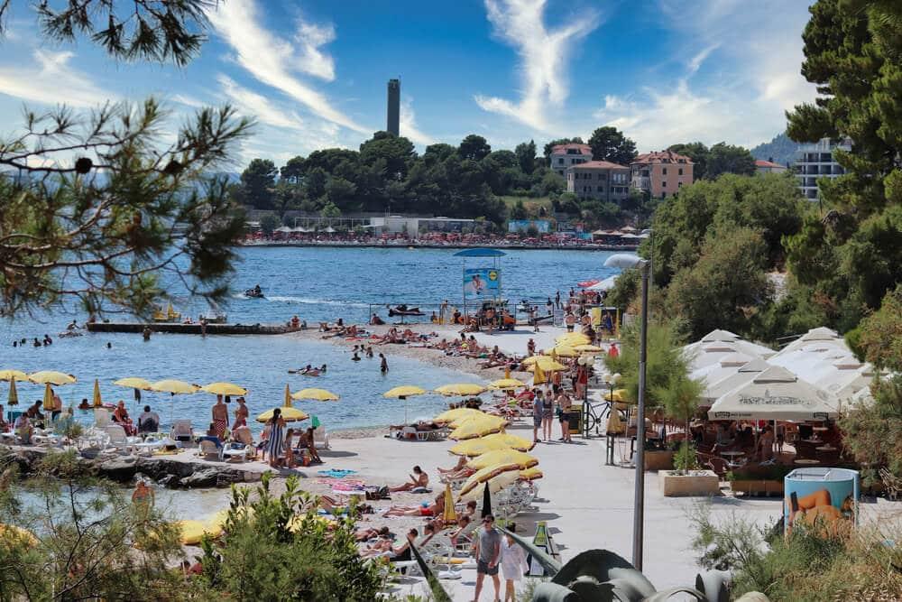 Borovica, cesta a žlté slnečníky so stánkami , more