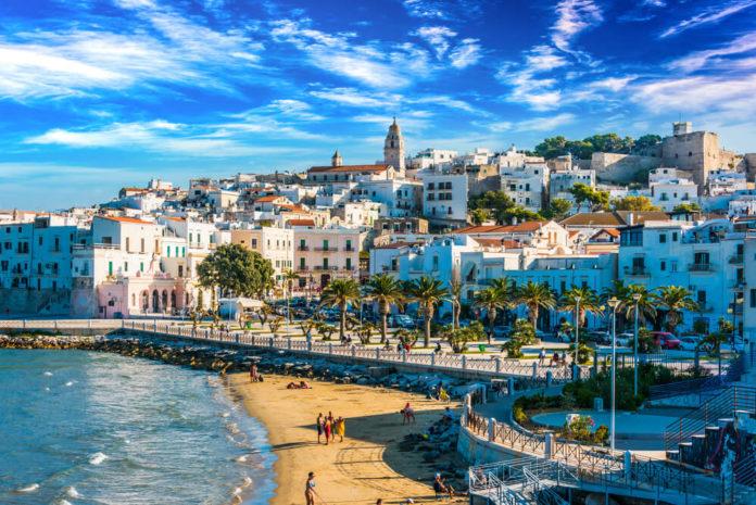 malebné mestečko s plážou a jasno-modrým nebom