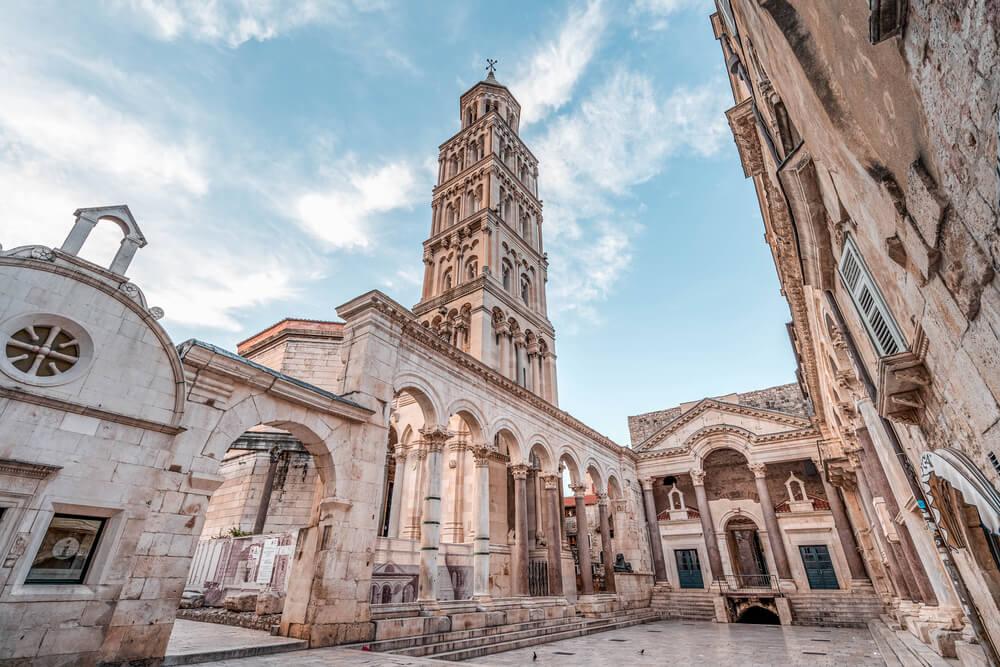 Katedrála s vežou, honostná stavba