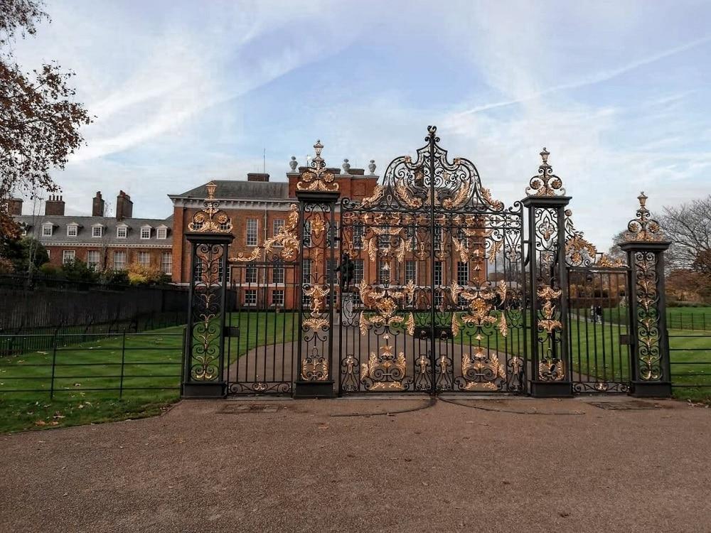 Brána zo zlatými aplikáciami, tehlová budova