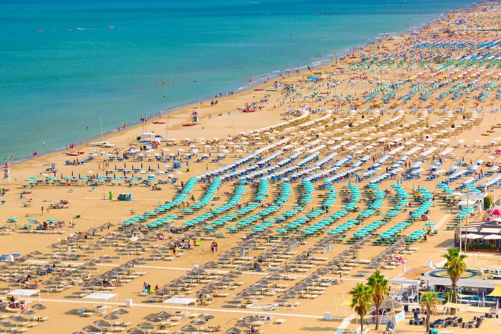 Plná pláž zelených slnečníkov
