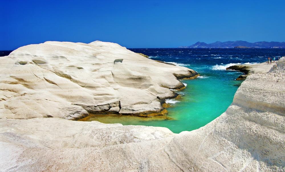 Biele skaly obmývane tyrkysovo- tmavomodrým morom