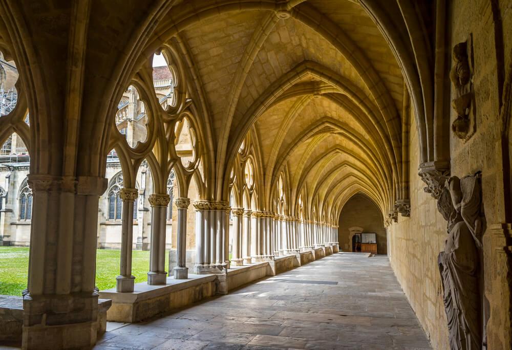 Pohľad na chodbu v katedrále s otvorenými oblúkmi v stene