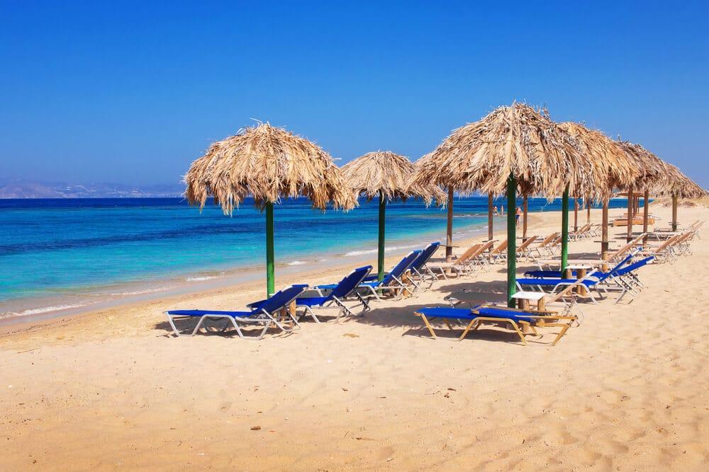 Lehátka modrej farby na pláži menom Plaka, Grécko