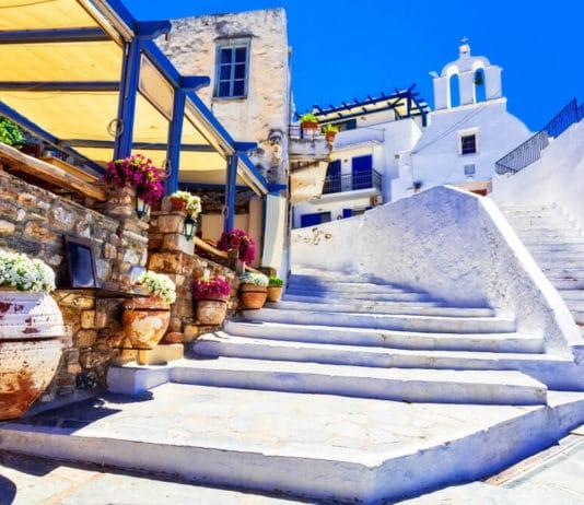 Tradičné Grécko, očarujúca kvetinová ulica s kavernami