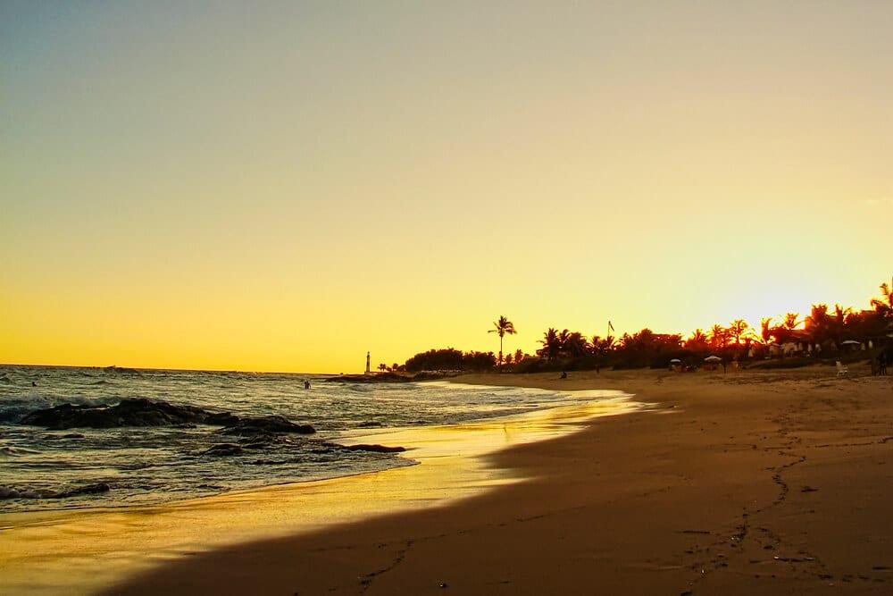 Piesočnatá pláž pri západe slnka