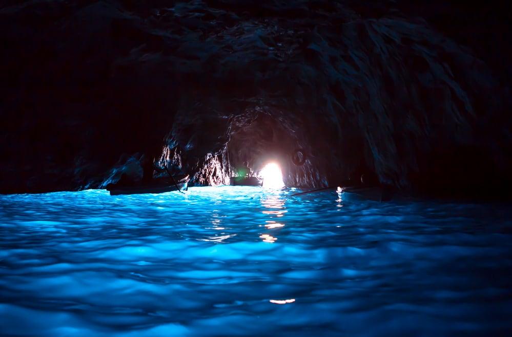 morská jaskyňa s azúrovo-modrou vodou