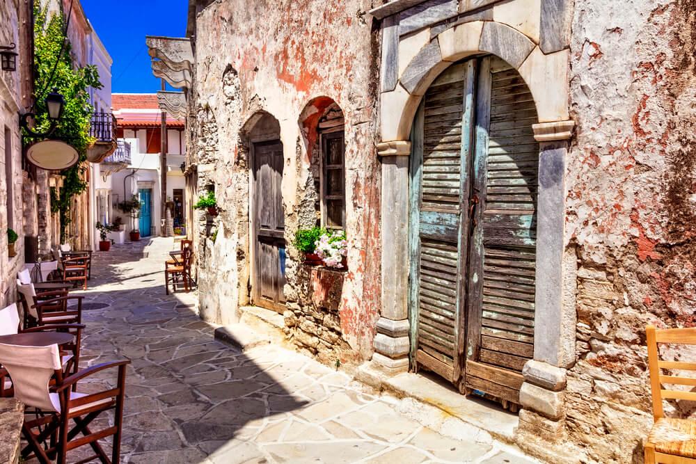 Tradiční Řecko. Typické pouliční kavárny. Vesnice Halki. Ostrov Naxos, Cykády.
