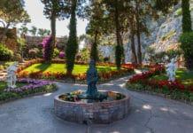 Pohľad na záhrady, kvety a sochy