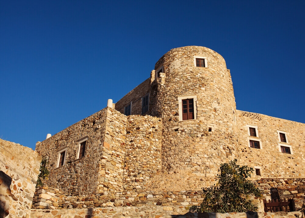 Starodávna stavna s vežou, kamenná a malé okná