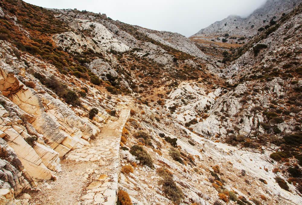 Pěší cesta k hoře Zas v ostrově Naxos, Řecko.