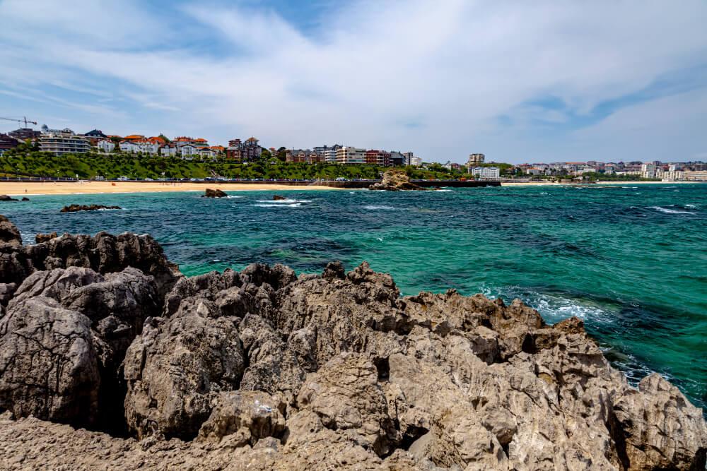 Pohľad zo skaly na zeleno-modré more,