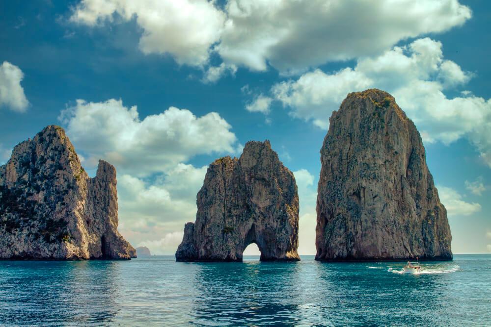 tri vysoké skaly vyrastajúce z mora