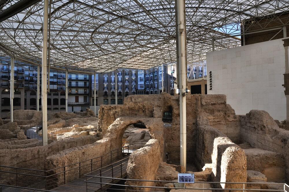 Zvyšky starovekej stavby cez ktoré su vybudované chodníky pre turistov