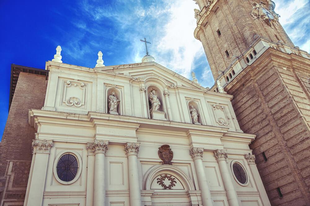 Biely starodávny kostol s krásnou aplikáciou