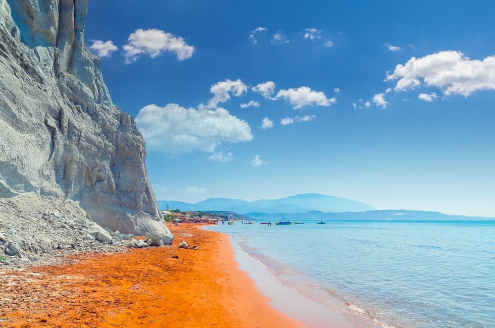 Pláž s červeným pieskom a slabomodrým morom