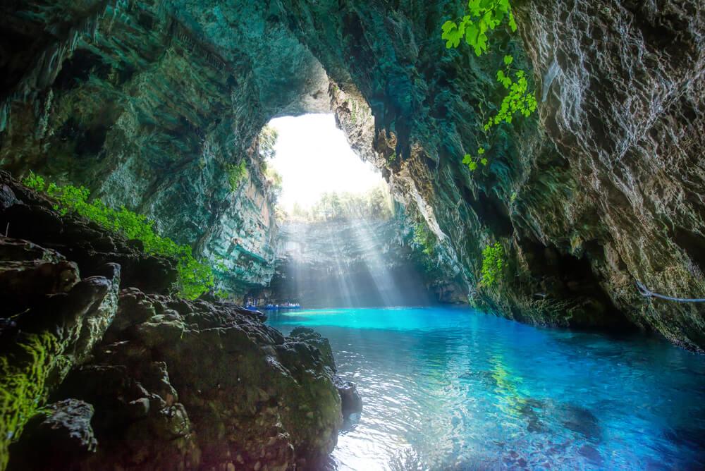 Morská jaskyňa, kde otvorom sa dostávajú slnečné lúče