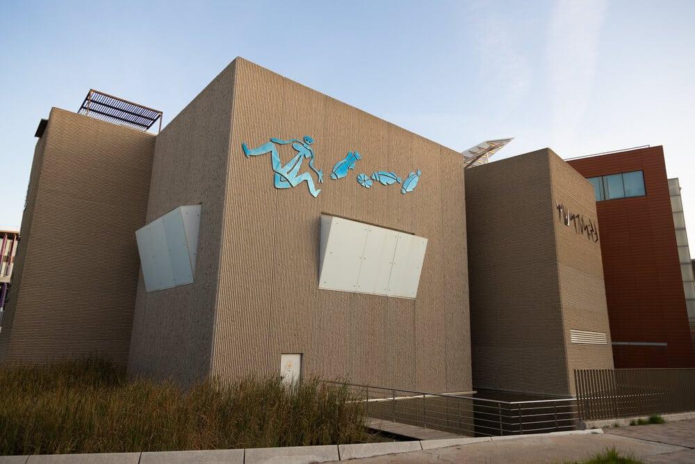 Budova v modernom štýle s modrým obrázkom a bielymi výklenkami
