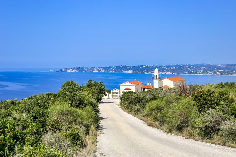 Cesta vedúca k malému kostolíku, za nim more