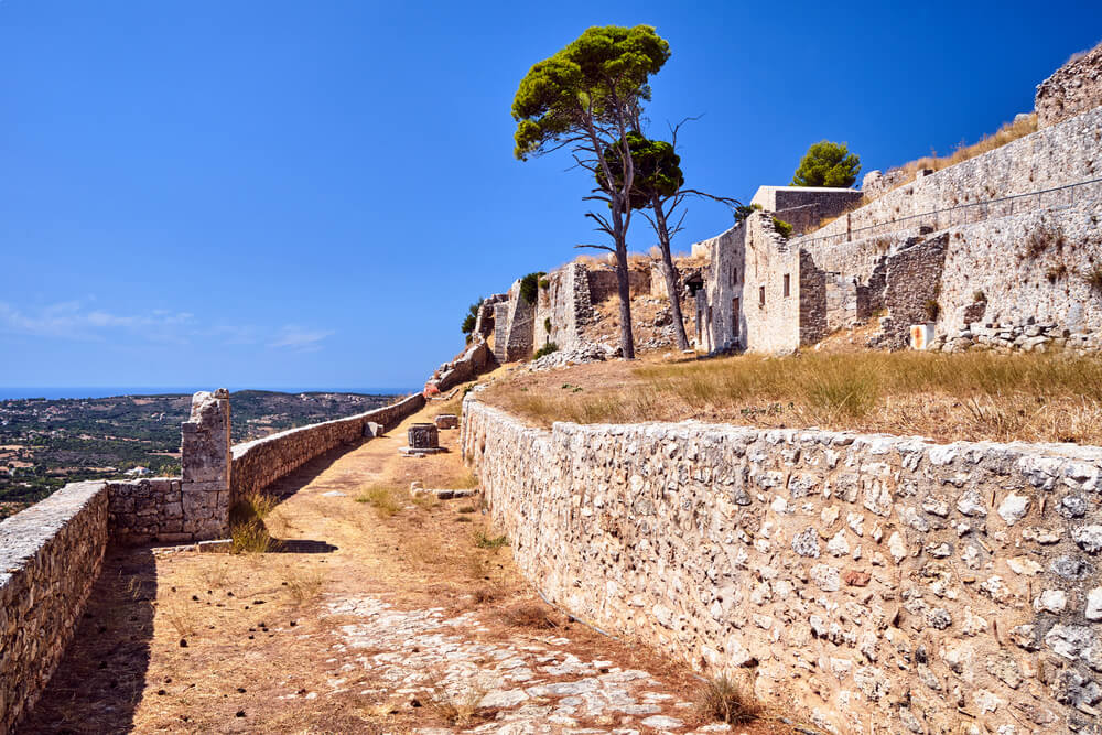 Hradby zrúcaniny hradu a nepatrný výhľad na mesto