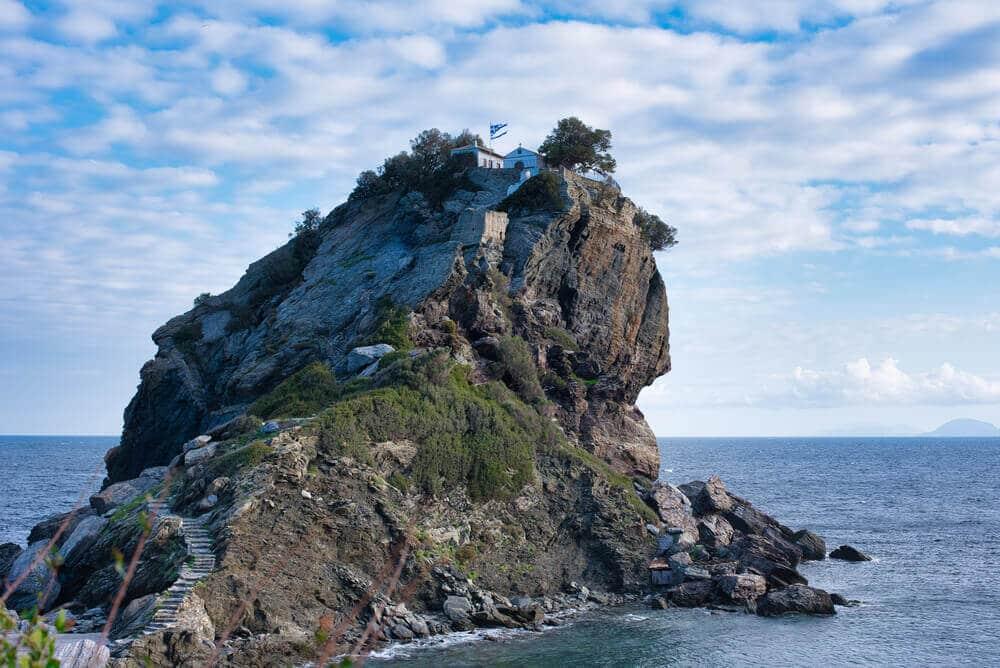 Cesta vysekaná na skale, ktorá vedie na jej vrchol, kde sa nachádza malý kostol