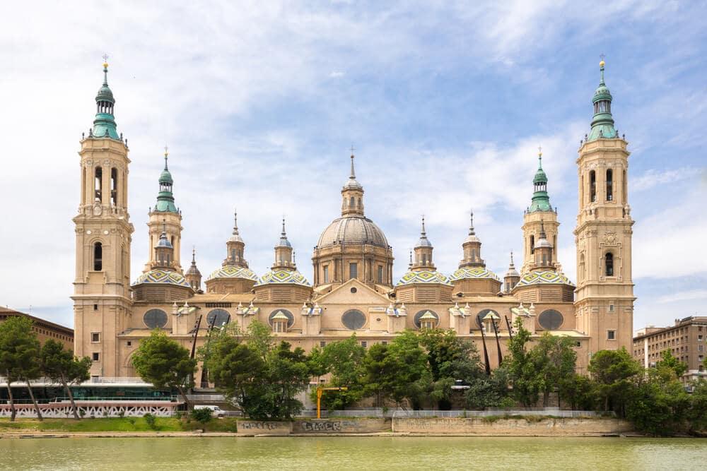 Krásna bazilika s 9 vežami a jednou hlavnou pred bazilikou sa rozprestiera rieka Ebro