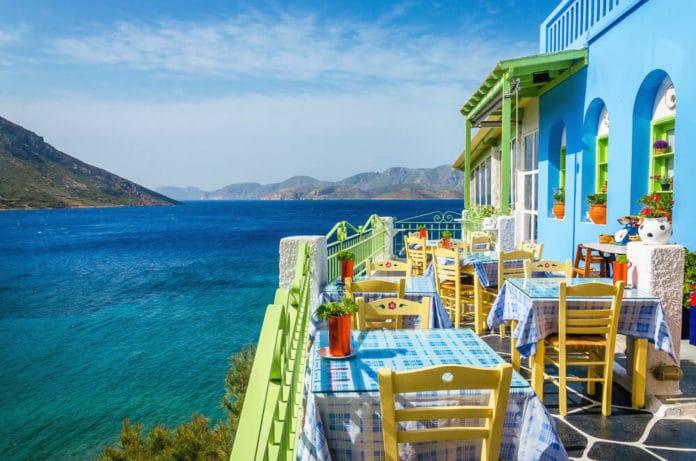 Reštaurácia na balkóne v modrej farbe s pohľadom na krásne more