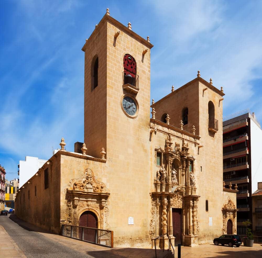 Bazilika z pieskovej farby s dvomi vežami